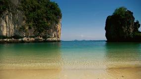 Όμορφη τροπική παραλία με τη μακριά βάρκα ουρών που δίνει τη θάλασσα απόθεμα βίντεο
