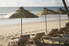 Όμορφη τροπική παραλία με τις καρέκλες και parasol γεφυρών Στοκ Εικόνες
