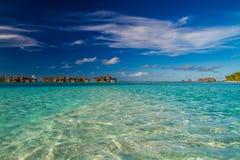 Όμορφη τροπική παραλία με τα μπανγκαλόου νερού στις Μαλδίβες Στοκ φωτογραφίες με δικαίωμα ελεύθερης χρήσης