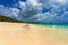 Όμορφη τροπική παραλία με το γραφικό cloudscape Στοκ εικόνα με δικαίωμα ελεύθερης χρήσης