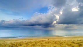 Όμορφη τροπική παραλία με το χρονικό σφάλμα σύννεφων - 25p 4k απόθεμα βίντεο