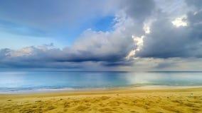 Όμορφη τροπική παραλία με το χρονικό σφάλμα σύννεφων - 30p 4k απόθεμα βίντεο