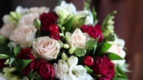 Όμορφη τρυφερή γαμήλια ανθοδέσμη των τριαντάφυλλων κρέμας και των λουλουδιών eustoma απόθεμα βίντεο
