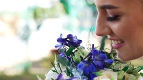 Όμορφη τρυφερή νέα νύφη γυναικών με μια όμορφη σύνθεση φιλμ μικρού μήκους
