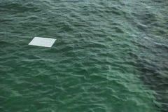 Όμορφη τυρκουάζ επιφάνεια θάλασσας υποβάθρου φύσης με το flo εγγράφου Στοκ εικόνα με δικαίωμα ελεύθερης χρήσης