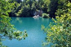 Όμορφη τυρκουάζ λίμνη σε Plitvice, Κροατία Στοκ Φωτογραφίες