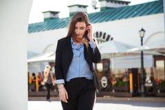 όμορφη υγιής απομονωμένη μακριά λευκή γυναίκα τριχώματος Οι μοντέρνες γυναίκες ` s κοιτάζουν με το μαύρο σακάκι και την μπλε μπλο Στοκ φωτογραφίες με δικαίωμα ελεύθερης χρήσης