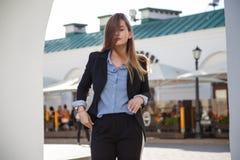 όμορφη υγιής απομονωμένη μακριά λευκή γυναίκα τριχώματος Οι μοντέρνες γυναίκες ` s κοιτάζουν με το μαύρο σακάκι και την μπλε μπλο Στοκ εικόνα με δικαίωμα ελεύθερης χρήσης