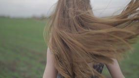 Όμορφη υγιής γυναίκα στο σκοτεινό φόρεμα με floral απόθεμα βίντεο