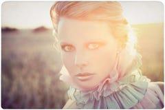 όμορφη υπαίθρια γυναίκα π&omicr στοκ εικόνες