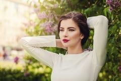 όμορφη υπαίθρια γυναίκα Τέλεια γυναίκα στα θερινά λουλούδια Στοκ φωτογραφία με δικαίωμα ελεύθερης χρήσης