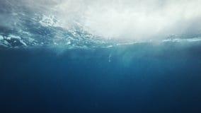 Όμορφη υποβρύχια άποψη θάλασσας με τις φυσικές ελαφριές ακτίνες σε σε αργή κίνηση φιλμ μικρού μήκους