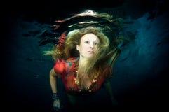 όμορφη υποβρύχια γυναίκα Στοκ Φωτογραφίες