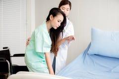Όμορφη υποστήριξη γιατρών στην ασιατική γυναίκα ασθενών στο νοσοκομείο, έννοια υγειονομικής περίθαλψης, ευτυχής και χαμογελώντας στοκ φωτογραφία με δικαίωμα ελεύθερης χρήσης