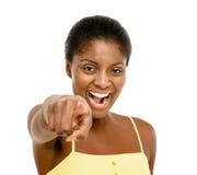 Όμορφη υπόδειξη γυναικών αφροαμερικάνων που απομονώνεται στην άσπρη πλάτη Στοκ εικόνα με δικαίωμα ελεύθερης χρήσης