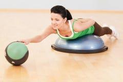 Όμορφη φίλαθλη γυναίκα που κάνει την άσκηση στη σφαίρα Στοκ Εικόνα