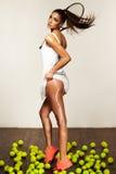 Όμορφη φίλαθλη προκλητική γυναίκα, τενίστας με τη ρακέτα στοκ φωτογραφία με δικαίωμα ελεύθερης χρήσης