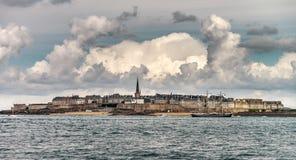 Όμορφη φθινοπωρινή άποψη ST-Malo, παλαιά πόλη πειρατών Στοκ φωτογραφία με δικαίωμα ελεύθερης χρήσης