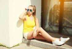 Όμορφη φθορά γυναικών γυαλιά ηλίου και μπλούζα Στοκ εικόνες με δικαίωμα ελεύθερης χρήσης