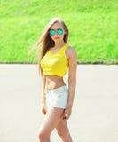 Όμορφη φθορά γυναικών γυαλιά ηλίου και μπλούζα Στοκ Εικόνες