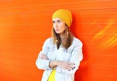Όμορφη φθορά γυναικών μόδας ζωηρόχρωμα ενδύματα πέρα από το πορτοκάλι Στοκ εικόνες με δικαίωμα ελεύθερης χρήσης