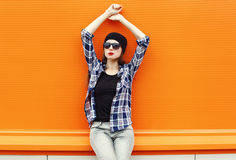 Όμορφη φθορά γυναικών μόδας μαύρα γυαλιά ηλίου και πουκάμισο πέρα από ζωηρόχρωμο Στοκ Εικόνες