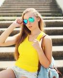 Όμορφη φθορά γυναικών πορτρέτου γυαλιά ηλίου και μπλούζα Στοκ Εικόνα