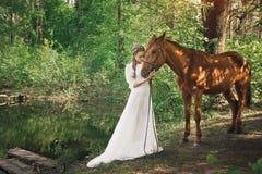 Όμορφη φιλία μεταξύ της γυναίκας και του αλόγου στοκ εικόνα