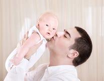 Όμορφη φιλώντας κόρη μπαμπάδων Στοκ Εικόνα
