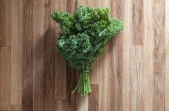 Όμορφη φρέσκια δέσμη της σαλάτας κατσαρού λάχανου Στοκ Εικόνες