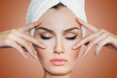 Όμορφη φυσική γυναίκα κοριτσιών μετά από τις καλλυντικές διαδικασίες cosmetology Στοκ Φωτογραφίες