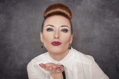 όμορφη φυσώντας γυναίκα φ&iota Στοκ φωτογραφίες με δικαίωμα ελεύθερης χρήσης
