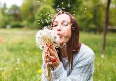 Όμορφη φυσώντας πικραλίδα κοριτσιών στο θερινό πάρκο Πράσινη όμορφη φύση χλόης Στοκ εικόνες με δικαίωμα ελεύθερης χρήσης