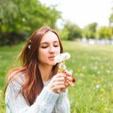 Όμορφη φυσώντας πικραλίδα κοριτσιών στο θερινό πάρκο Πράσινη όμορφη φύση χλόης Στοκ φωτογραφίες με δικαίωμα ελεύθερης χρήσης