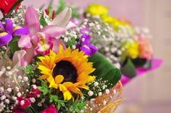 Όμορφη φωτεινή και ζωηρόχρωμη ανθοδέσμη των διάφορων λουλουδιών στοκ εικόνα