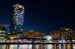 Όμορφη φωτογραφία νύχτας του κτηρίου ξενοδοχείων Sofitel στο λιμάνι αγαπών στοκ φωτογραφίες