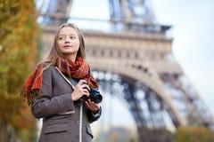Όμορφη φωτογραφική μηχανή φωτογραφιών εκμετάλλευσης κοριτσιών στοκ φωτογραφία