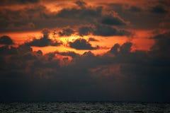 Όμορφη φύση, δραματικό πορτοκαλί ηλιοβασίλεμα στο φλεμένος ηλιοβασίλεμα ουρανού σύννεφων με το φως που περνά μέσω των σκοτεινών σ Στοκ Φωτογραφία