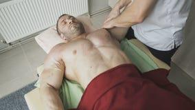 Όμορφη χαλάρωση αθλητών στη θεραπεία να τρίψει triceps 4K απόθεμα βίντεο