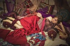 Όμορφη χαλάρωση γυναικών στα μαξιλάρια ή Στοκ Φωτογραφίες