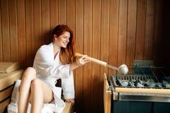 Όμορφη χαλάρωση γυναικών στη σάουνα Στοκ φωτογραφία με δικαίωμα ελεύθερης χρήσης