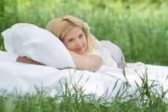 Όμορφη χαλάρωση γυναικών στη φυσική ανασκόπηση Στοκ Εικόνες