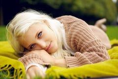 Όμορφη χαλάρωση γυναικών στο πάρκο Στοκ Εικόνες