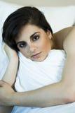 όμορφη χαλαρώνοντας γυναίκα Στοκ εικόνα με δικαίωμα ελεύθερης χρήσης