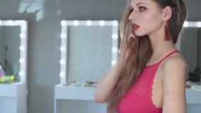 όμορφη χαμογελώντας γυναίκα Επαγγελματικό πρότυπο μόδας που εξετάζει τη κάμερα φιλμ μικρού μήκους