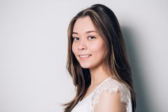 Όμορφη χαμογελώντας γυναίκα με το καθαρό δέρμα, τη φυσική σύνθεση, και τα άσπρα δόντια στοκ φωτογραφία με δικαίωμα ελεύθερης χρήσης