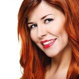 Όμορφη χαμογελώντας γυναίκα με το κόκκινο τρίχωμα Στοκ εικόνες με δικαίωμα ελεύθερης χρήσης