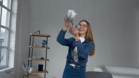 Όμορφη χαμογελώντας γυναίκα που ρίχνει τα χρήματα για το ταξίδι απόθεμα βίντεο