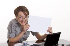 όμορφη χαμογελώντας λευκή γυναίκα εκμετάλλευσης χαρτονιών κενή Στοκ φωτογραφίες με δικαίωμα ελεύθερης χρήσης