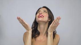 Όμορφη χαμογελώντας νέα γυναίκα με το κόκκινο κραγιόν φιλμ μικρού μήκους